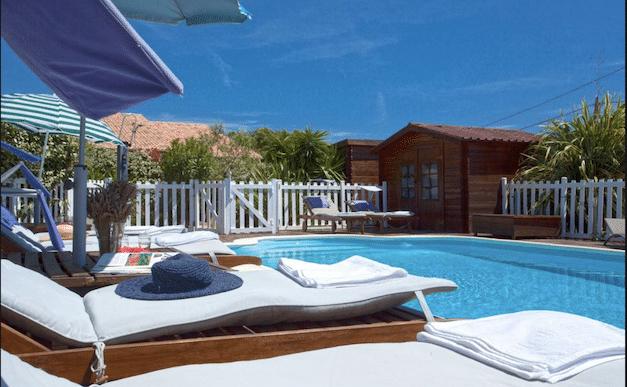 Location mini villa en Corse : bienvenue à la Résidence Agula Mora, au bord de la piscine